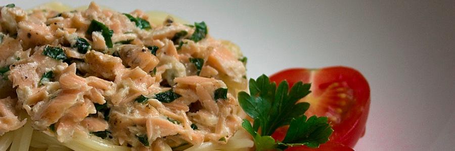 Spaghetti z łososiem i sosem śmietanowo pietruszkowym
