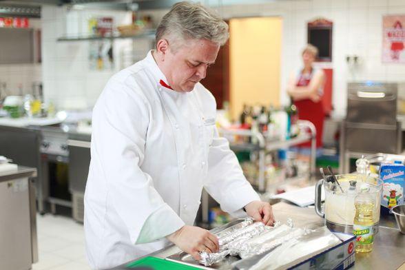 Jerzy Pasikowski przygotowuje szczupaka
