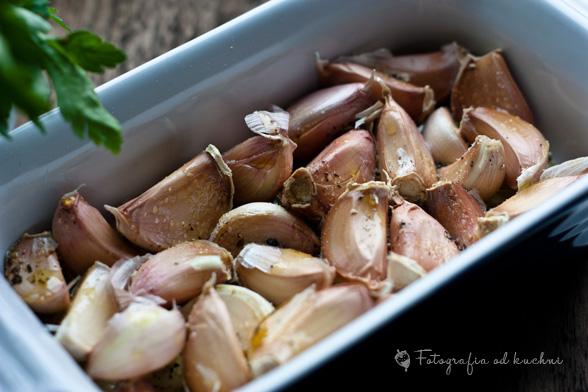 Czosnek z dodatkiem oliwy, soli i pieprzu