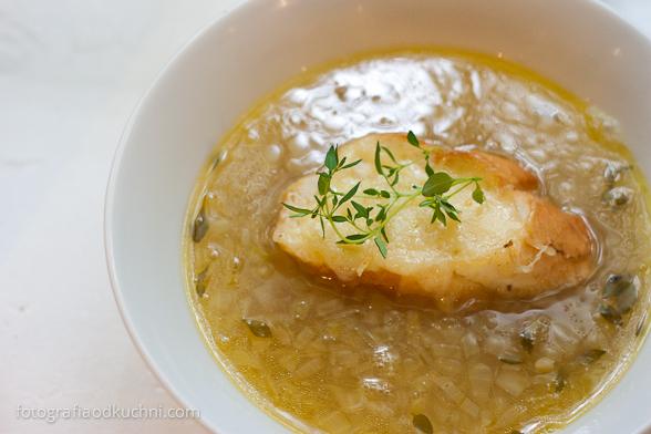 Klasyczna zupa cebulowa z serową grzanką