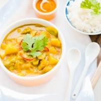 Curry z ziemniakami i bobem